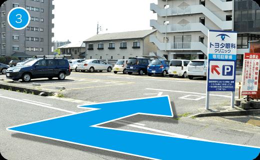 一筋目を入ると、すぐに駐車場と入口となります。